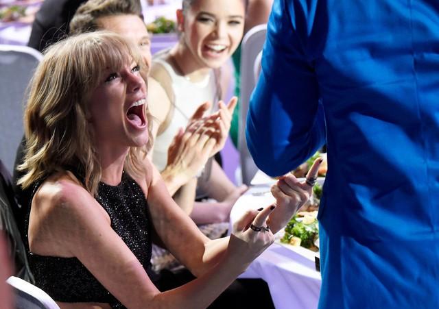 Màn pha trò của Taylor Swift đã khiến mọi người trong khán phòng phì cười