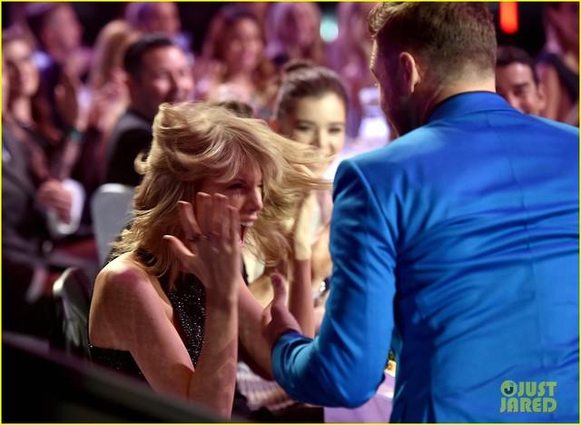 Và khi tên cô được xướng lên ở hạng mục Best Lyrics, nữ ca sĩ đã ngay lập tức thể hiện sự phấn khích đã được chuẩn bị trước của mình