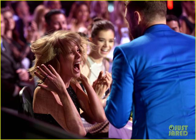Cô cùng đàn anh Justin Timberlake thi nhau gào thét