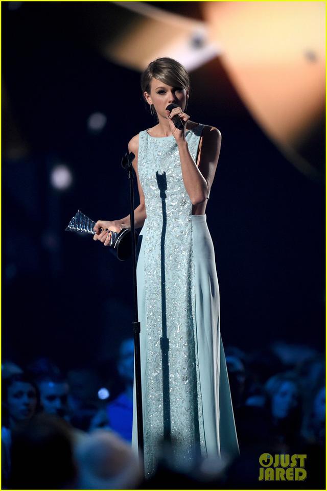 Bộ váy tuyệt đẹp làm tôn lên vóc dáng thanh mảnh của giọng ca I knew you were trouble. Thậm chí, cô còn được ví như Nữ hoàng băng giá Elsa trong bộ phim hoạt hình đình đám Frozen