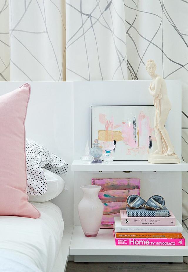 Đừng đặt quá nhiều sách và tạp chí trong phòng ngủ, hãy chỉ lựa chọn ra những cuốn nào bạn thực sự yêu thích.