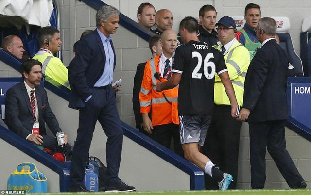 Thủ quân Terry sau khi nhận thẻ đỏ rời sân trong thất vọng.