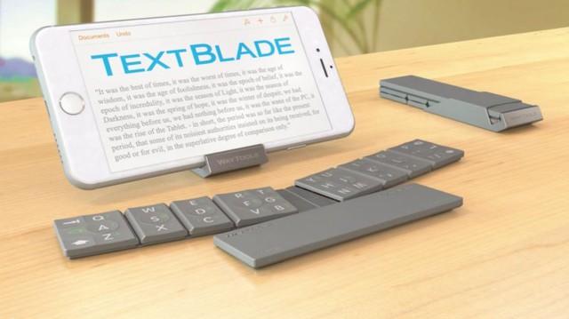 Bàn phím TextBlade được chia làm 3 phần chính và kèm theo một giá đỡ dành cho smartphone và tablet