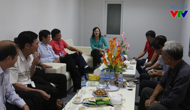 Tổng Giám đốc Đài THVN Trần Bình MInh (thứ ba từ trái sang) và các lãnh đạo tỉnh Bạc Liêu tại phòng họp nhà thi đấu đa năng tỉnh Bạc Liêu.