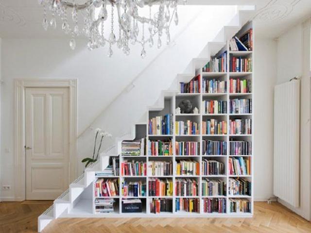 Gầm cầu thang có thể được tận dụng để làm giá sách.