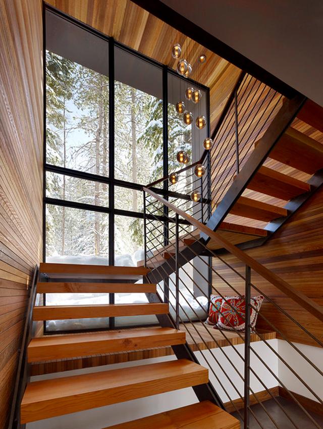 Với ngôi nhà có cửa sổ lớn bên cầu thang, khoảng không gian dưới cầu thang có thể trở thành nơi nghỉ ngơi, thư giãn, ngắm phong cảnh bên ngoài.
