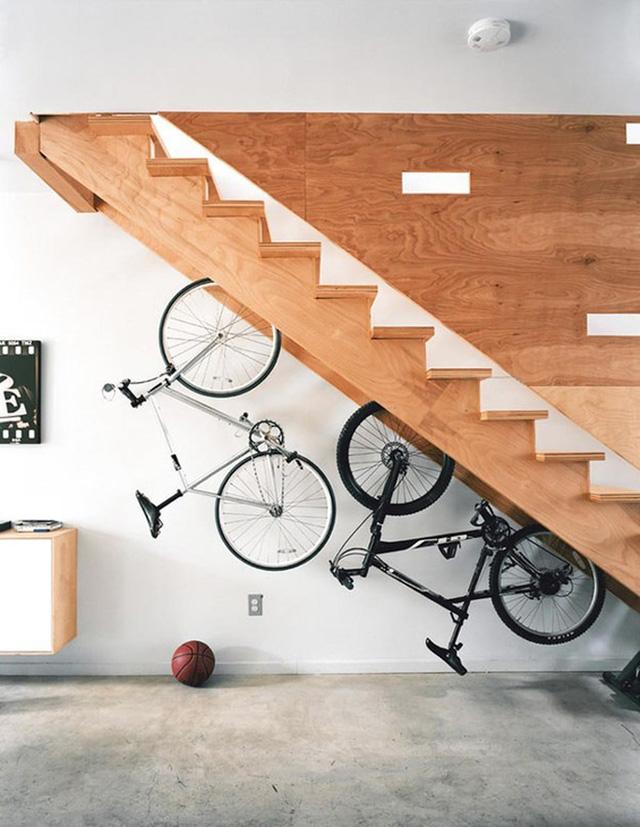 Gầm cầu thang đơn giản nhất là biến nó thành nơi cất xe đạp.