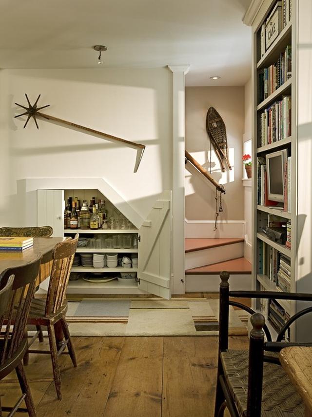 Thậm chí bạn có thể xây cầu thang kín đáo, tận dụng khoảng tường bên cầu thang để trưng bày đồ.