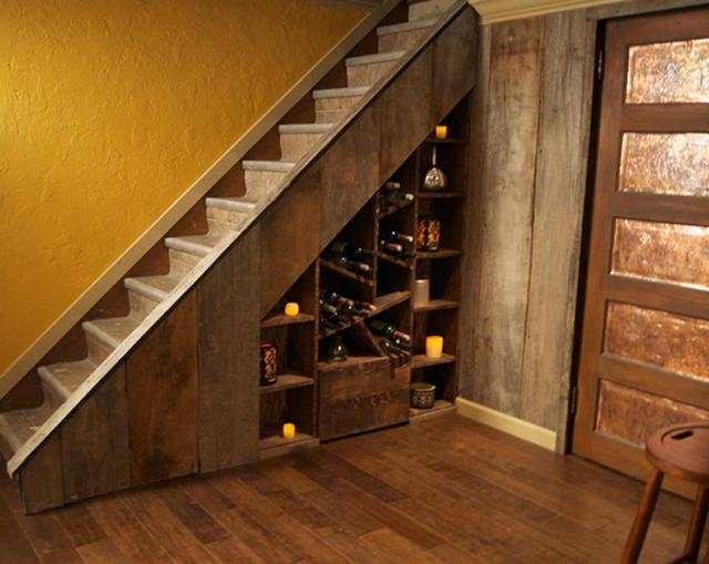 Với những ngôi nhà bằng gỗ, gầm cầu thang được dụng làm nơi cất rượu nhìn rất đẹp mắt.