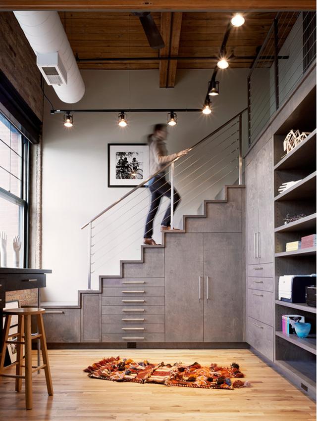Nếu bạn là một người thích phong cách hiện đại thì có thể tận dụng gầm cầu thang làm thành tủ cất giữ tài liệu, đồ đạc.