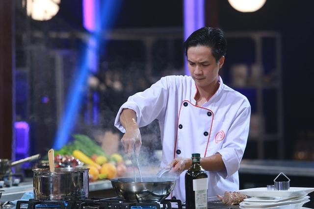 Thanh Cường có phần bối rối trong quá trình làm món ăn