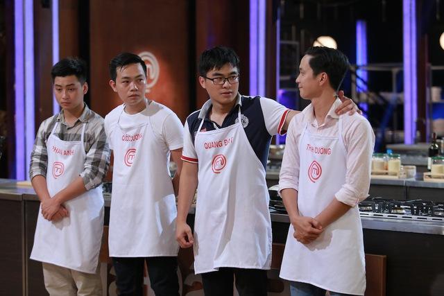 Quang Đạt chia vui với Thanh Cường.