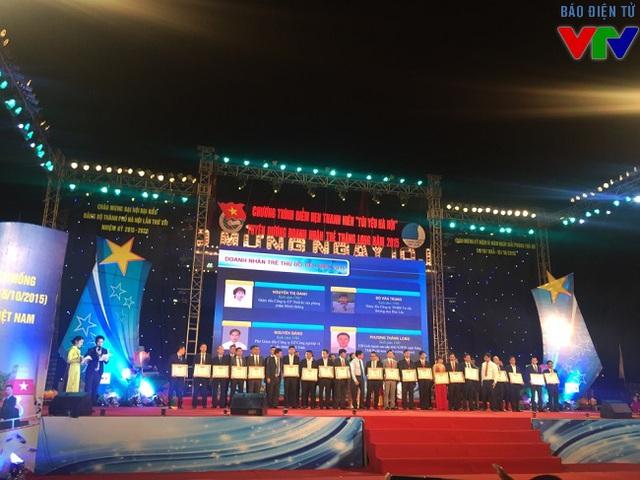Lễ trao tặng Bằng khen cho 40 doanh nhân trẻ khởi nghiệp xuất sắc.
