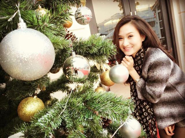 MC Thanh Huyền xinh đẹp và tươi tắn bên cây thông Noel