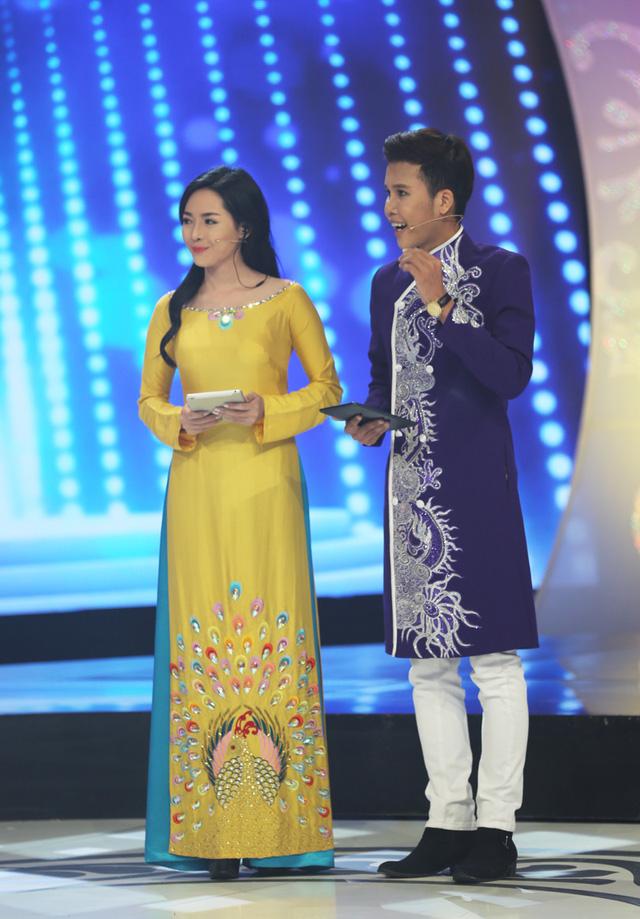Cả hai nổi bật trên sân khấu với trang phục áo dài vừa truyền thống vừa mang nét hiện đại.
