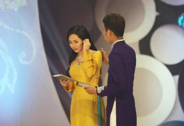Nam Phương rất quan tâm đến người bạn dẫn cùng mình. Anh chỉnh tóc cho Thanh Quỳnh khi bước lên sân khấu.