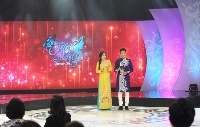 Khi MC Phí Linh và Hồng Phúc lui xuống khán đài, Thanh Quỳnh và Nam Phương tự tin làm chủ sân khấu.