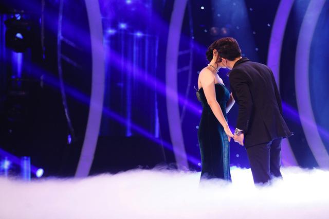 Không chỉ trao cho nhau ánh mắt trìu mến, họ còn kết thúc bài hát với một nụ hôn ngay trên sóng truyền hình. Phần thể hiện này khiến GK Uyên Linh vô cùng bất ngờ.