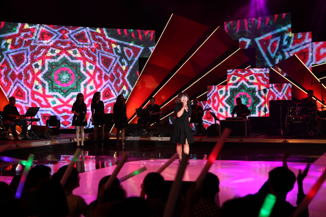 Cô gái thấp bé nhất đội trường Đại học Sài Gòn - Phương Dung đã thể hiện thành công ca khúc Chiếc khăn Piêu.