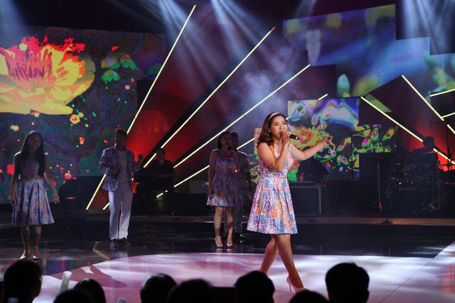 Lê Trâm đến từ đội thi trường Đại học Tài chính Marketing trình diễn ca khúc Xuân chiến khu.