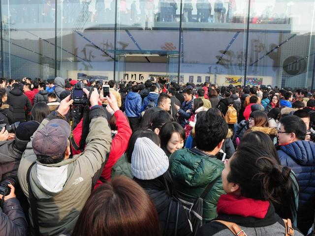 Những người đầu tiên đến cửa hàng mới của Apple