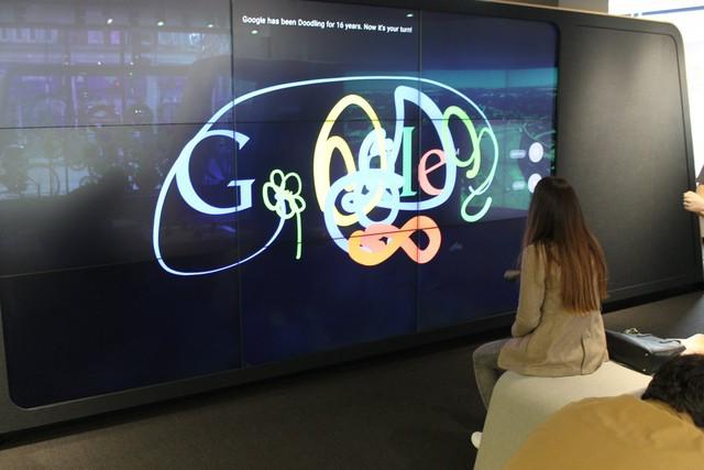 Người dùng có thể xem phim qua màn hình lớn của Google