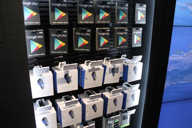 Thẻ quà tặng và các phụ kiện của Google được treo trên giá