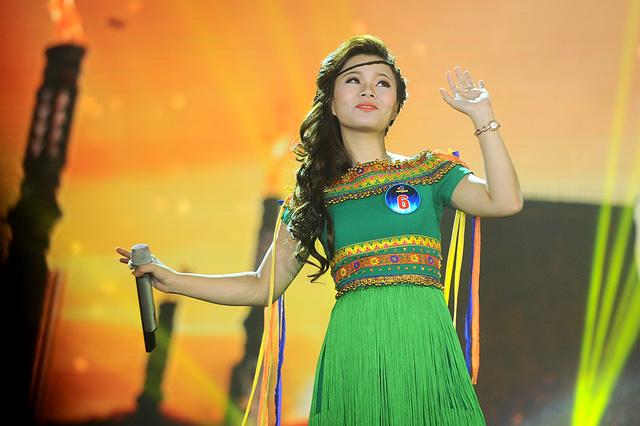 Thí sinh Lê Thị Dung hát ca khúc Cô gái vót chông của nhạc sĩ Hoàng Hiệp. Dù là thí sinh thi đầu tiên, nhưng Lê Thị Dung đã bình tĩnh, bản lĩnh, hát tròn vẹn tiết mục.