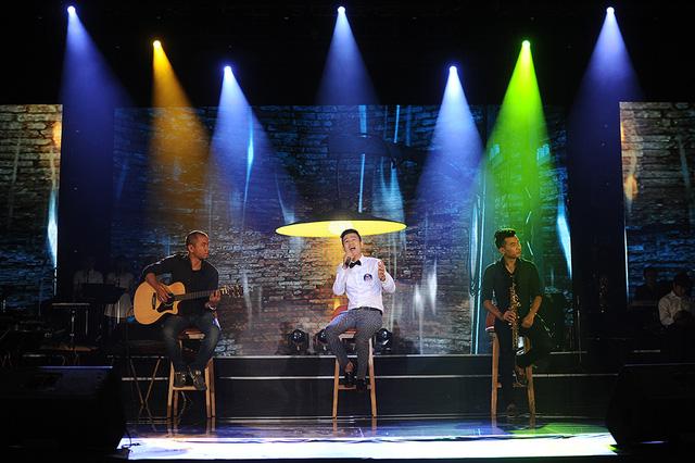Thí sinh trở về từ Czech Nguyễn Đức Tiến thể hiện ca khúc Một mình của nhạc sĩ Trần Tiến. Ở đêm thi này, Nguyễn Đức Tiến tiếp tục cho thấy anh là ca sĩ có màu giọng rõ ràng.