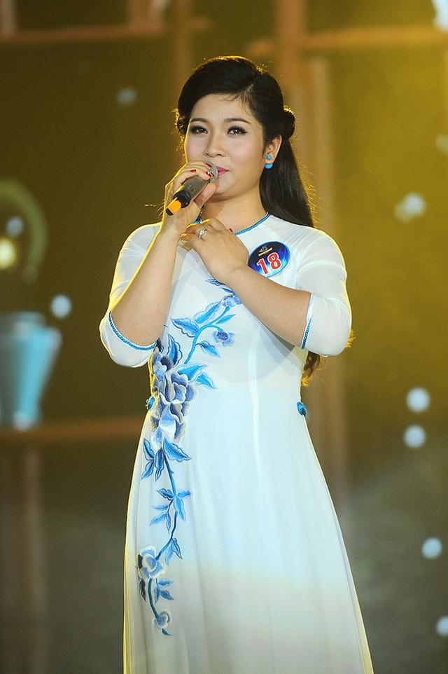 Thí sinh Nguyễn Thị Sông Thao hát ca khúc Tình làng quê của nhạc sĩ An Thuyên. Sông Thao thể hiện giọng hát bài bản, có chất dân gian.