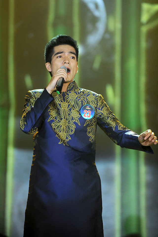 Thí sinh Trần Hữu Tuấn đến từ Thanh Hoá thể hiện ca khúc Khúc hát sông quê của nhạc sĩ Nguyễn Trọng Tạo.
