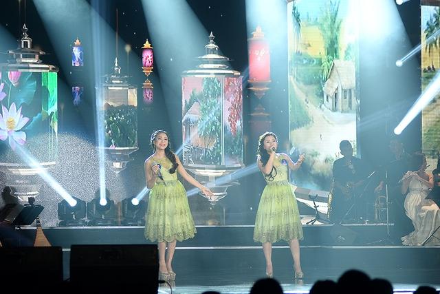 Hai thí sinh Lê Thị Dung và Trần Thị Bích Ngọc thể hiện ca khúc Ô mê ly của nhạc sĩ Văn Phụng. Đây là một ca khúc quen thuộc, nhận được sự yêu mến của khán giả.