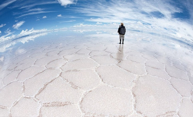 18. Cánh đồng muối Salar De Uyuni ở Bolivia