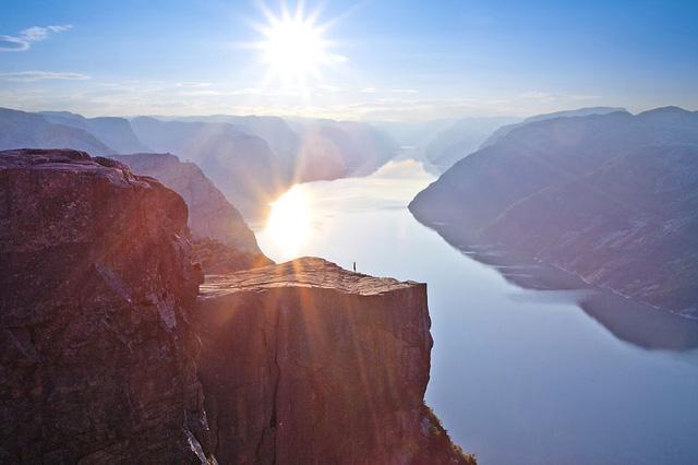 Ngắm hoàng hôn rực rỡ trên mỏm đá Preikestolen ở vùng núi Lysefjord.