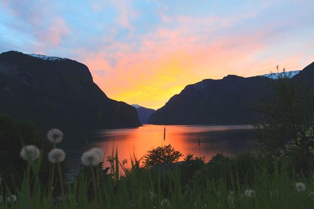 Hoàng hôn rực rỡ ở vùng núi Aurlandsfjord.