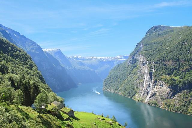 Màu xanh của bầu trời, núi và cỏ cây tại các vùng núi là yếu tố tạo nên vẻ đẹp thiên nhiên rất riêng cho Nauy.