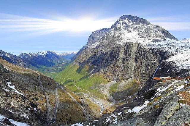 Con đường Trollstigen quanh co nổi tiếng ở vùng Romsdal.