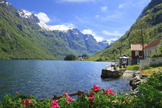 Ngôi làng Bakka thơ mộng nằm bên vùng núi Naeroyfjorden - địa điểm lọt vào danh sách di sản thiên nhiên thế giới của UNESCO.