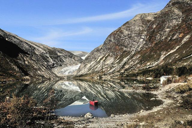 Trong khi đó, vùng núi Nigardsbreen lại mang vẻ đẹp kỳ bí hơn.