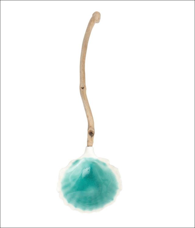 Mẫu thìa hình vỏ sò mang màu biển xanh tuyệt đẹp của Helen Earl.