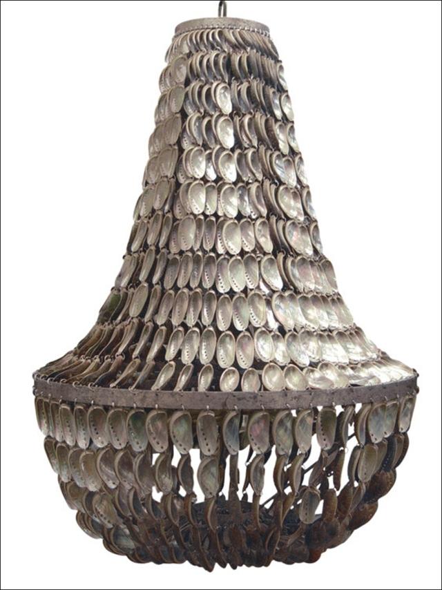 Đèn chùm được làm thủ công bằng chính những vỏ sò của Oly San Francisco.