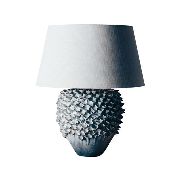 Đèn bàn handmade độc đáo, với thân đèn làm bằng vỏ ốc, vỏ sò.