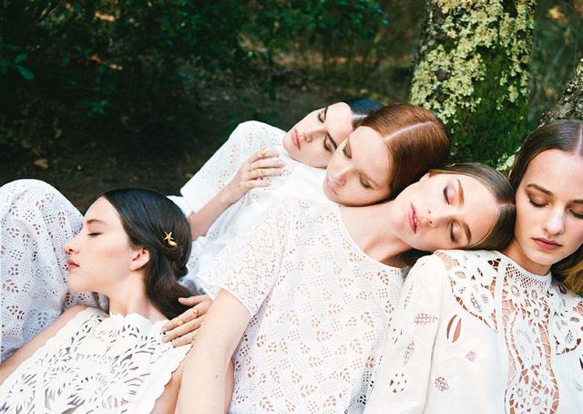 Những trang phục ren trắng đa dạng thể hiện vẻ đẹp dịu dàng, thanh thoát.