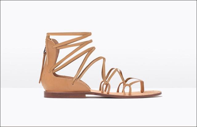 Sandals da kiểu Roma với tông màu đi theo xu hướng thời trang Hè năm nay.
