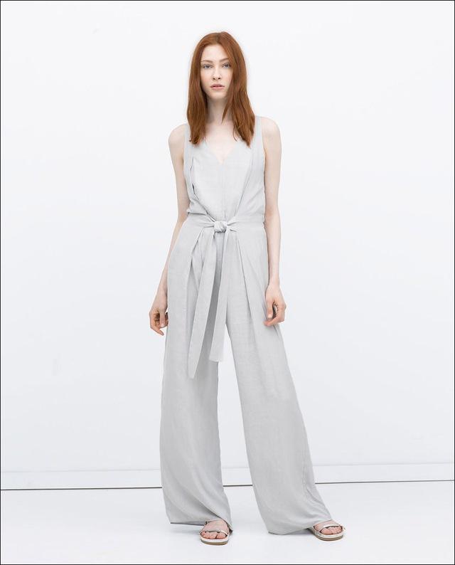 Jumpsuits tông màu bạc nhã nhặn với đường thắt eo làm điểm nhấn.