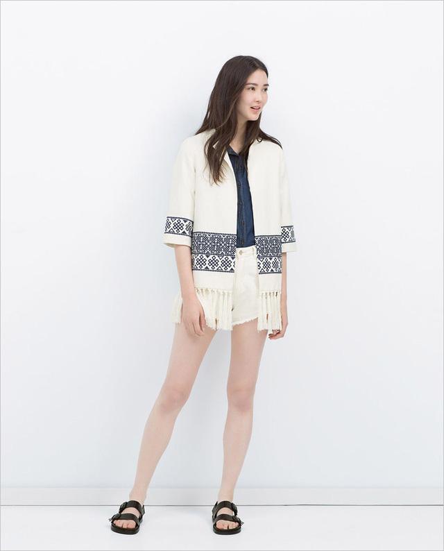 Zara cũng cho ra mắt cả mẫu cardigan kimono mang họa tiết thổ cẩm. Đây là kiểu áo xu hướng của mùa Hè này.