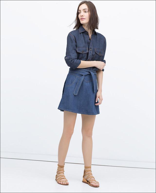 Váy denim có thắt lưng eo.