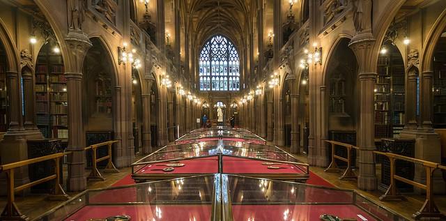 Thư viện John Rylands ở thành phố Manchester (Anh) có không gian đặc biệt nhuốm màu tôn giáo. Nơi đây còn được gọi là Nhà thờ của sách.