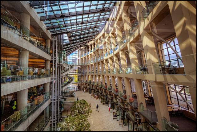 Thư viện công cộng của thành phố Salt Lake ở Mỹ cũng mang vẻ hiện đại như một trung tâm thương mại khổng lồ.