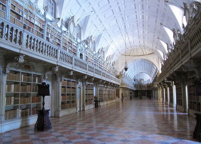 Thư viện Quốc gia ở Mafra (Bồ Đào Nha) không kém phần nổi tiếng vì có nhiều sách quý và kiến trúc đậm chất cổ điển, quý phái.